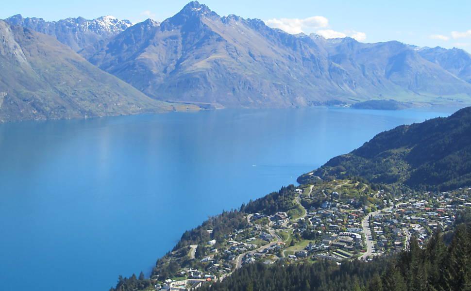Vista para o lago Wakatipu, em Queenstown, ponto de partida de vários tours temáticos. Foto: Vanessa Barbara/Folhapress.