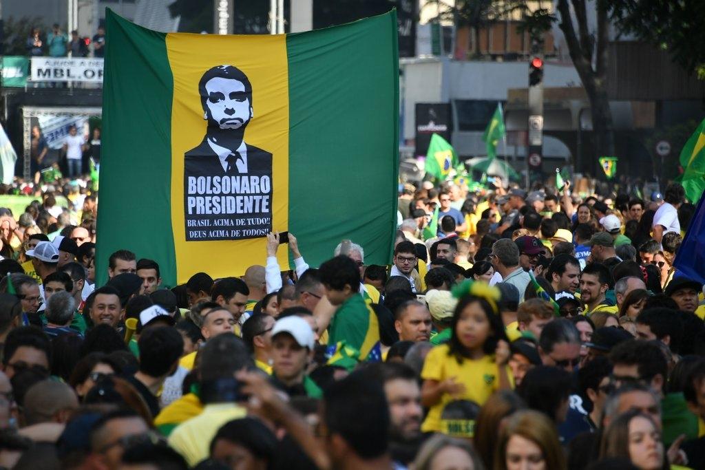 Eleitores do candidato presidencial de direita Jair Bolsonaro em uma  manifestação no domingo. Créditos  Nelson Almeida   Agence France-Presse —  Getty Images 3e6b6d3fd6025